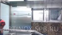 Вертикальный и потолочный вентиляционные короба обшитые нержавеющей шлифованной сталью. Фото 2
